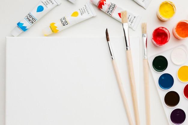 Minimalistische farben und pinsel kopieren platz