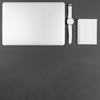 Minimalistische geschäftsanordnung auf grauem hintergrund