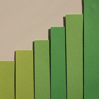 Minimalistische grüne papierschichten mit abstraktem farbverlauf