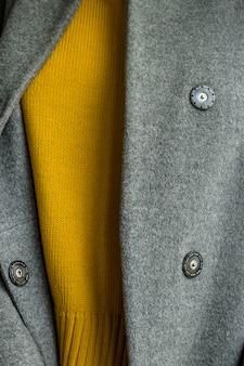 Minimalistische herbstgarderobe in grau und gelb