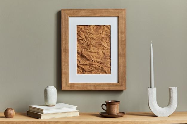 Minimalistische komposition auf holzregal mit braunem rahmen, kerzenständer, buch, tasse kaffee und eleganten persönlichen accessoires in stilvoller wohnkultur.
