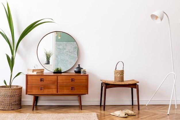 Minimalistische komposition des wohnzimmers mit retro-kommode und zubehör wohnkultur-vorlage