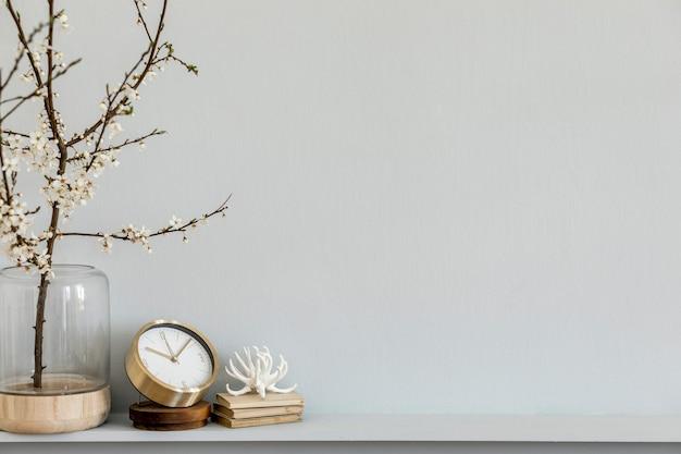 Minimalistische komposition mit getrockneter blume in designvase und dekoration grauer wandkopierraum
