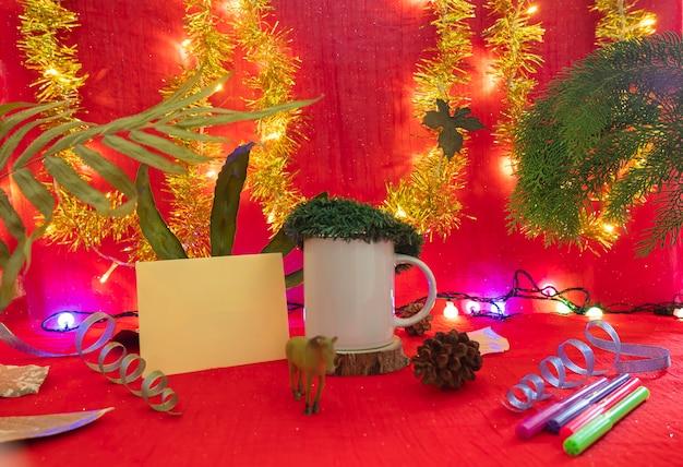 Minimalistische konzeptidee, die produkte anzeigt. kaffeetasse auf weihnachten und neujahr hintergrund