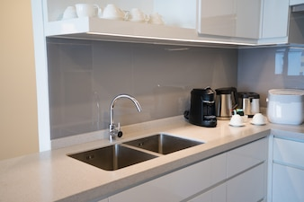 Minimalistische Küchenecke mit Geräten.