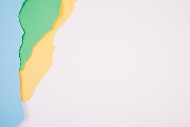 Minimalistische reihe von zerrissenem papier