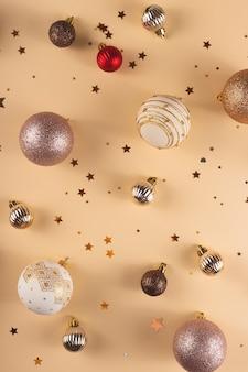 Minimalistische runde weiße weiße rote und goldene weihnachtskugeln auf einem neutralen hintergrund mit sternen