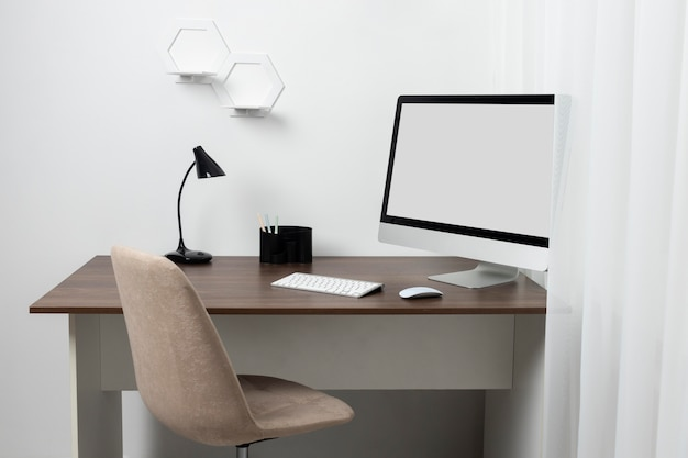 Minimalistische schreibtischanordnung mit lampe