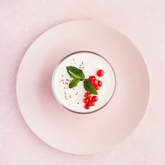 Minimalistische teller mit bio-food-lifestyle-konzept