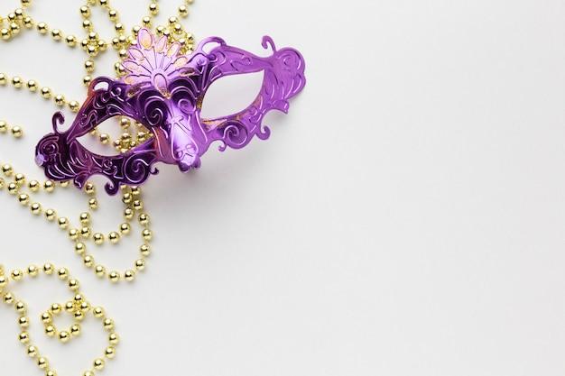 Minimalistische violette masken mit perlen