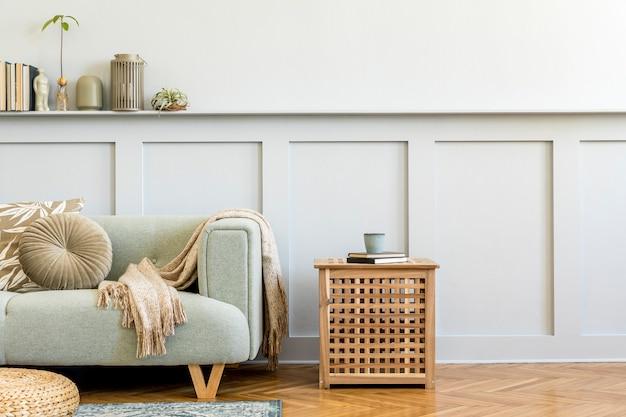 Minimalistische wohnzimmerkomposition mit design-sofa, couchtisch, pflanze, büchern, dekoration, kissen, plaid, teppich, holzverkleidung und eleganten persönlichen accessoires in stilvoller wohnkultur.