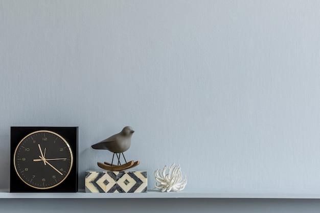 Minimalistische zusammensetzung des stilvollen wohnzimmerinnenraums kopienraum