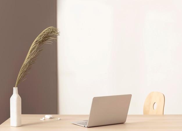 Minimalistischer arbeitsplatz mit laptop
