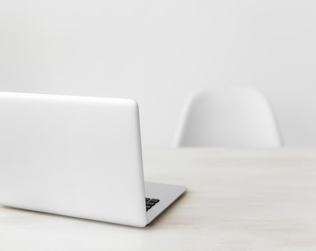 Minimalistischer büro-laptop und stuhl
