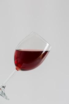 Minimalistischer geschmackvoller rotwein im glas