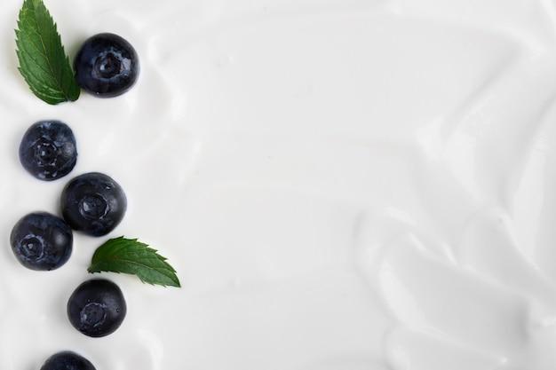 Minimalistischer joghurt mit blaubeeren