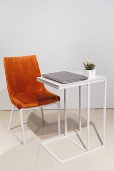 Minimalistischer lifestyle-laptop auf der seitenansicht des couchtisches mit kopienraum im hintergrund
