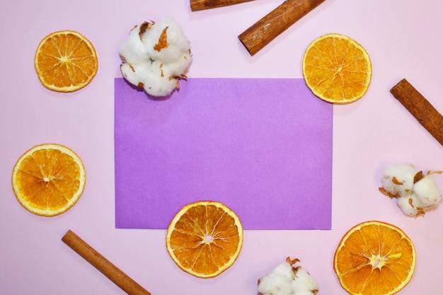 Minimalistischer lila hintergrund mit platz für text. leer für design der weiblichen industrie