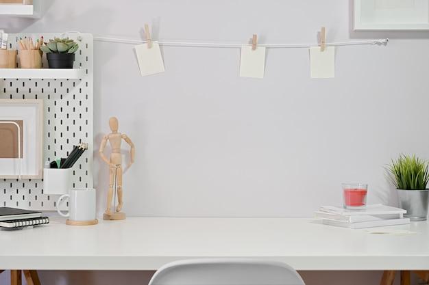 Minimalistischer stilvoller arbeitsbereich und kopienraum