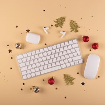 Minimalistischer stilvoller arbeitsplatz unter weihnachtsdekorationen auf einem neutralen hintergrund draufsichtlayout