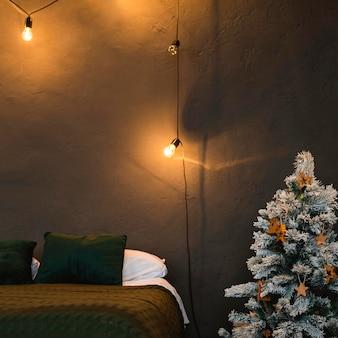 Minimalistischer weihnachtsbaum im schlafzimmer