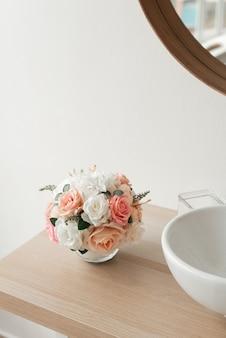 Minimalistisches badezimmerdekor. minimalismus stil bei der renovierung