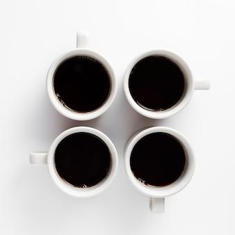 Minimalistisches design mit tassen kaffee