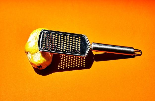 Minimalistisches foto einer zitrone, die mit dem kratzer zerkratzt wurde. gelber hintergrund