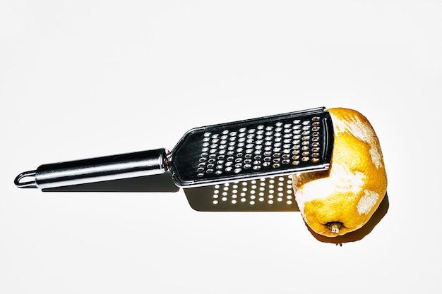 Minimalistisches foto einer zitrone, die mit dem kratzer zerkratzt wurde. weißer hintergrund