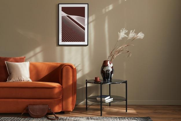 Minimalistisches konzept der stilvollen wohnzimmereinrichtung mit design-samt-erzsofa, posterrahmen, couchtisch, kissen, dekoration und eleganten accessoires in moderner wohnkultur. vorlage.