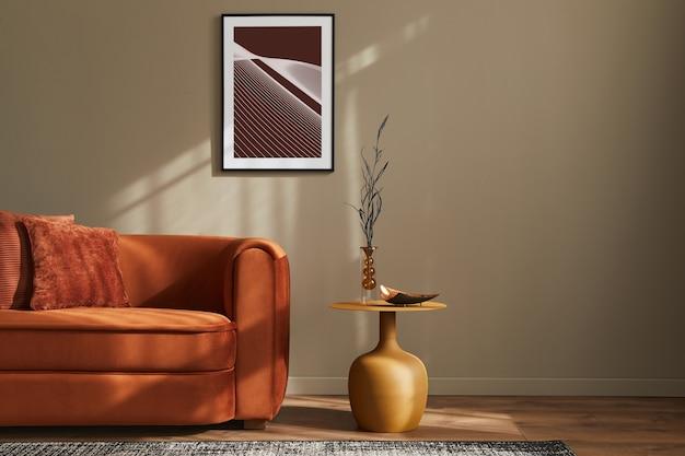 Minimalistisches konzept der stilvollen wohnzimmereinrichtung mit design-samtsofa, rahmen, hocker, kissen, dekoration und eleganten accessoires in moderner wohnkultur.