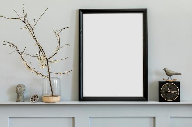 Minimalistisches konzept im regal mit schwarzem mock-up-fotorahmen, dired flower in vase, schwarzer uhr und eleganten persönlichen accessoires in stilvollem wohnambiente.