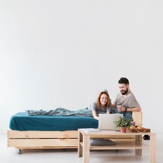Minimalistisches schlafzimmerdesign und paar lange sicht