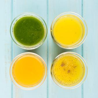 Minimalistisches sortiment an frischen smoothies aus der nähe