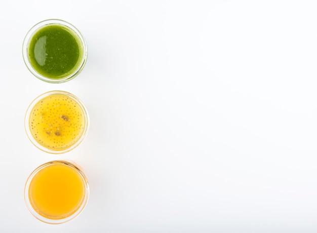 Minimalistisches sortiment an frischen smoothies und kopierraum
