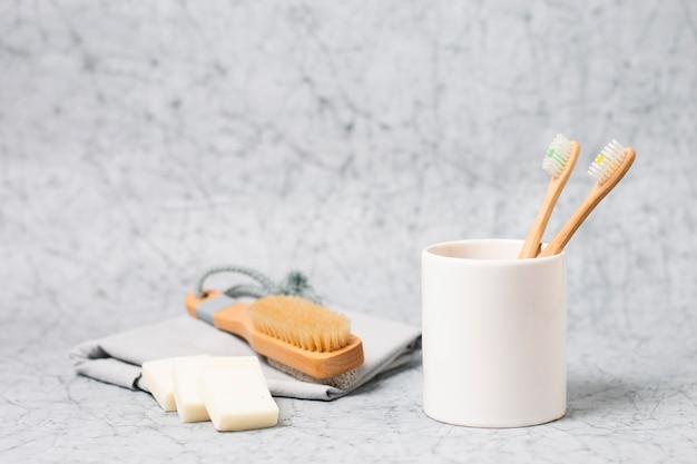 Minimalistisches spa-konzept mit natürlicher haarbürste