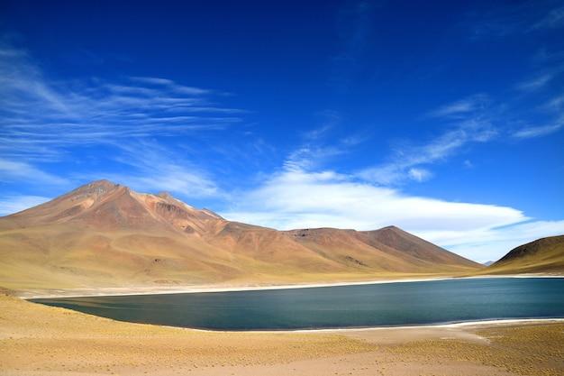 Miniques see mit cerro miscanti vulkan, antofagasta region im norden chiles