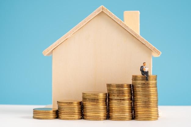 Minitur des geschäftsmodells, das über die anlagestrategie in immobilien und eigentum nachdenkt.