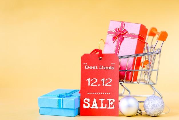 Miniwarenkorb und geschenkbox mit aufkleberumbauten für 12.12 on-line-einkaufsverkaufskonzept