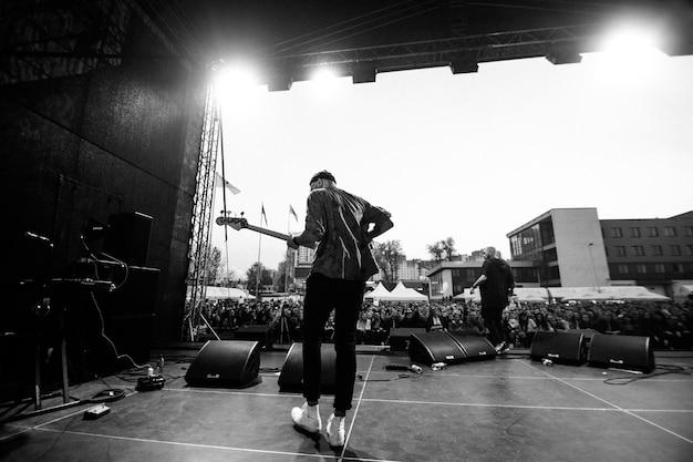 Minsk - 29. april 2018: beliebte rockgruppe nuteki auf der bühne