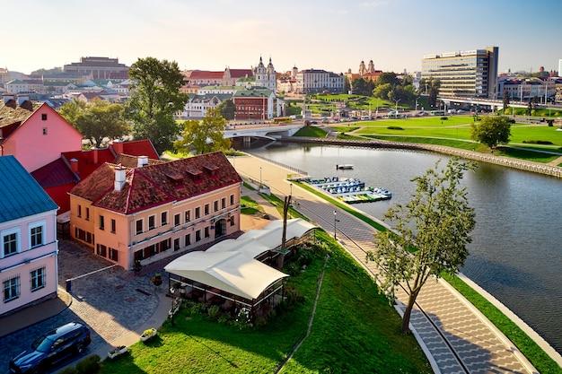 Minsk stadtlandschaft im sommer, weißrussland. luftaufnahme von nemiga.