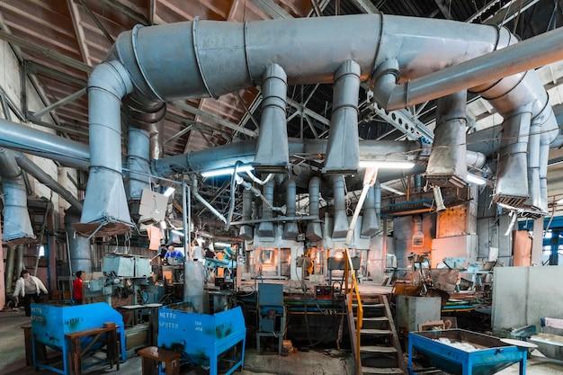 Minsk, weißrussland - 1. februar 2018: glasfabrikarbeiter auf produktion des glases