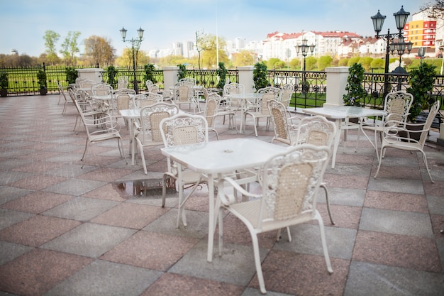 Minsk, weissrussland-23. april 2018: terrassenrestaurant mit tischen und stühlen