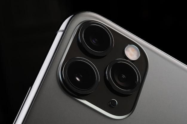 Minsk, weißrussland - 26. oktober 2019: new space grey iphone 11 pro max auf dunklem hintergrund