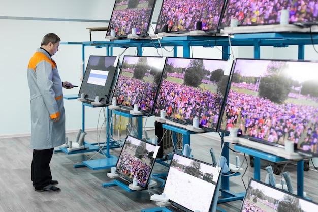 Minsk, weißrussland - 8. mai 2018: workshop zur montage von fernsehgeräten