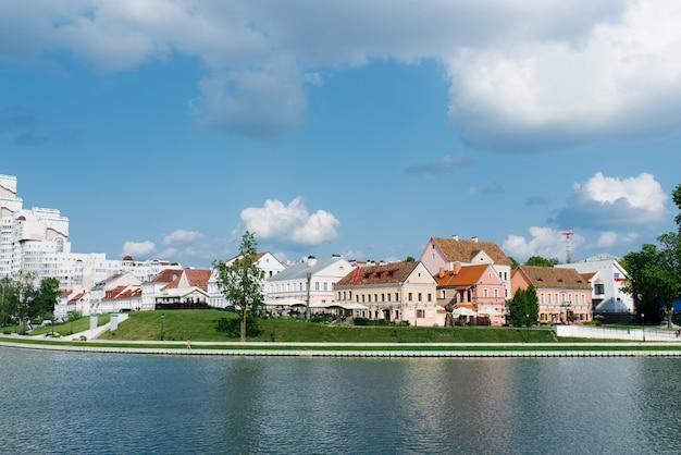 Minsk, weißrussland. blick auf den vorort trinity und den fluss svisloch