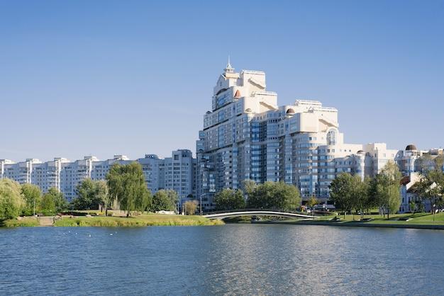 Minsk, weißrussland. der september 2019. moderne entwicklung auf nemiga. wohngebäude und der fluss svisloch