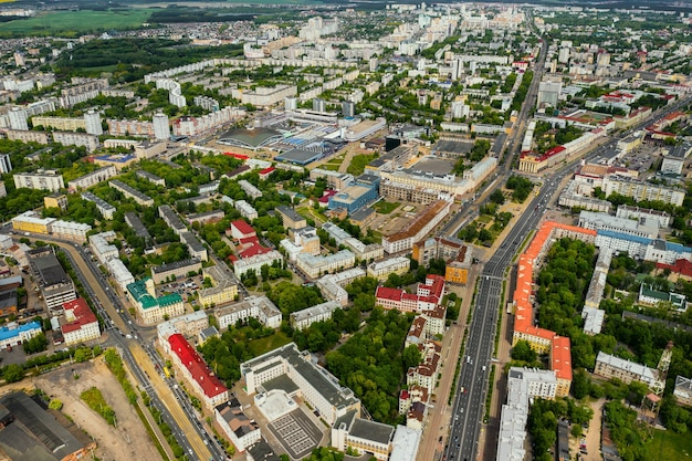 Minsker straßen aus der vogelperspektive. die altstadt von minsk aus großer höhe. belarus.