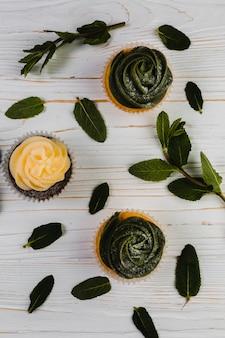 Minzblätter in der nähe von cupcakes