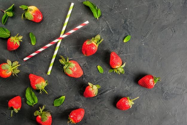 Minze und erdbeere und trinkhalme
